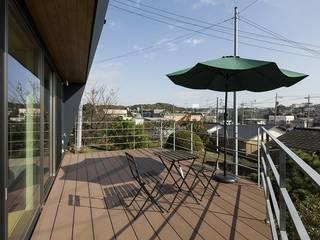 Balcone, Veranda & Terrazza in stile moderno di 株式会社横山浩介建築設計事務所 Moderno