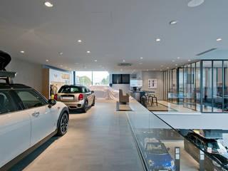 MINI Velizy - Mezzanine JCW: Concessions automobiles de style  par Ricardo Vasconcelos - Architecte