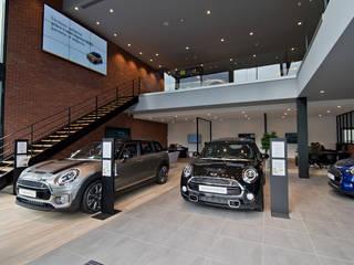 MINI Velizy - Vue sur la mezzanine: Concessions automobiles de style  par Ricardo Vasconcelos - Architecte