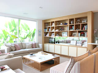 Sala de estar - estante: Salas de estar  por ARK2 ARQUITETURA