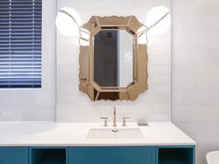 클래식한 조명과 거울: 다빈710의  욕실