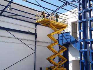 Rehabilitación de espacio industrial: Garajes abiertos de estilo  de SP_Arquitectura