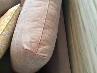 O detalhe das almofadas: Salas de estar  por Cássia Lignéa