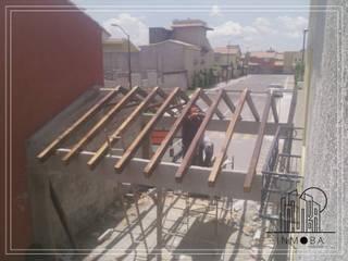 colocación de soportes de madera : Techos de estilo  por INMOBA