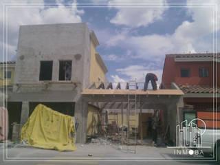 Colocación de teja, pegado de piedra de cantera e fachada principal.: Techos de estilo  por INMOBA