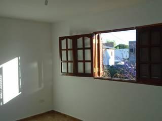 COMPLEJO DE DOS UNIDADES DE VIVIENDA Dormitorios modernos: Ideas, imágenes y decoración de arq5912 Arquitectura y Construcción Moderno
