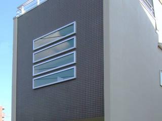 3階建てローコスト住宅の外観: 滝沢設計合同会社が手掛けた家です。