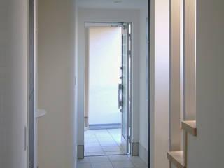 ワンランク上のローコスト住宅: 滝沢設計合同会社が手掛けた廊下 & 玄関です。