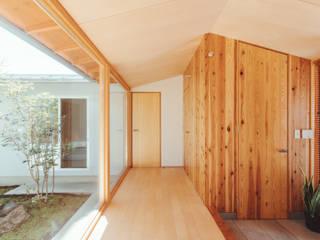 稲山貴則 建築設計事務所 Azjatycki korytarz, przedpokój i schody Drewno O efekcie drewna