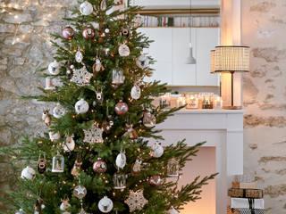 Árbol de Navidad decorado con bolas y otros adornos de la colección Authentic:  de estilo  de MAISONS DU MONDE