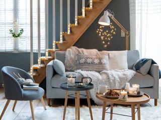 Salón decorado con adornos navideños de la colección Nordik Winter:  de estilo  de MAISONS DU MONDE