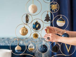 Árbol decorativo con bolas y adornos de la colección Deep Blue:  de estilo  de MAISONS DU MONDE