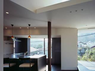 リビングからキッチンを見る 和風の 温室 の 松岡淳建築設計事務所 和風