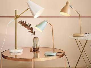 Lámpara de escritorio de metal rosa:  de estilo  de MAISONS DU MONDE
