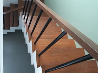 Escalier de style  par ezpaze design+build, Minimaliste