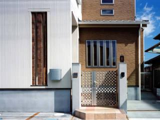 エクステリアと建物、一体のデザイン: 滝沢設計合同会社が手掛けた家です。