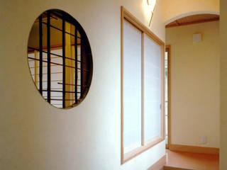 和モダン: 滝沢設計合同会社が手掛けた廊下 & 玄関です。