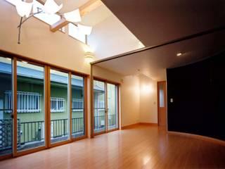 重厚な家 モダンデザインの リビング の 滝沢設計合同会社 モダン