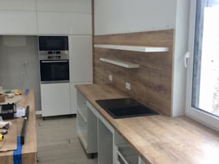 Offene Einbauküche mit einer modernen Kochinsel: modern  von HOME INNOVATIS - Möbel nach Maß,Modern