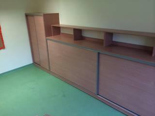 Einbauschränke und Regale für eine Grundschule von HOME INNOVATIS - Möbel nach Maß Klassisch