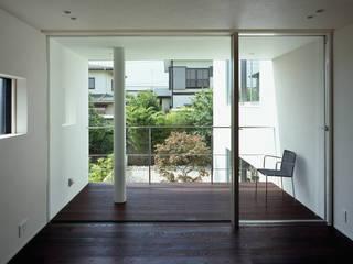 主寝室: 松岡淳建築設計事務所が手掛けた寝室です。