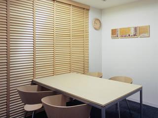 小会議室-1: 松岡淳建築設計事務所が手掛けた書斎です。