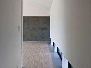 活動を育む器としての建築/木造トラス梁による大空間リビングルームのある3世帯住宅 モダンスタイルの 玄関&廊下&階段 の JWA,Jun Watanabe & Associates モダン 木 木目調