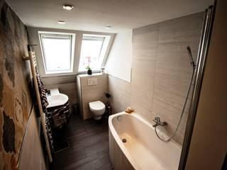Dachgeschossbad mit besonderem Flair Moderne Badezimmer von Bad Campioni Modern