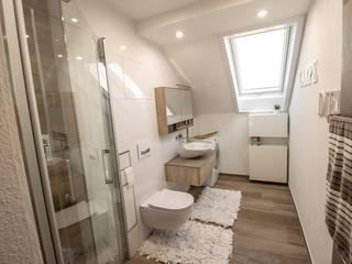 Phòng tắm phong cách hiện đại bởi Bad Campioni Hiện đại