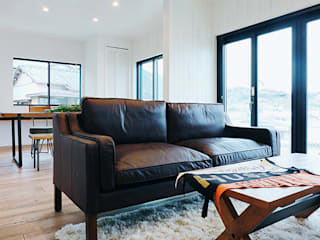 ご家族の「欲しい」が詰まった、暮らしを楽しむ家: オレンジハウスが手掛けた折衷的なです。,オリジナル