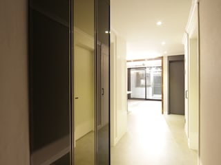 DESIGNCOLORS Modern corridor, hallway & stairs White