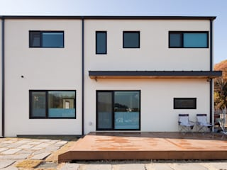 Puertas y ventanas de estilo moderno de 위드하임 Moderno