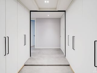 Modern Corridor, Hallway and Staircase by 디자인 아버 Modern