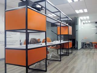 Área abierta multifuncional : Estudios y oficinas de estilo  por Paralelo 18