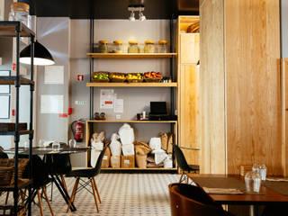 Sala de Cafetaria e estantaria Espaços de restauração rústicos por aponto Rústico Madeira maciça Multicolor