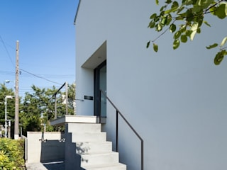 アプローチ階段: 石川淳建築設計事務所が手掛けた木造住宅です。