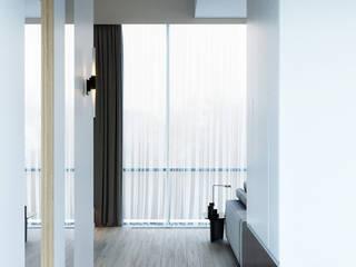 КП «Футуро Парк» 150М2, Эстетика: Коридор и прихожая в . Автор – Loft&Home