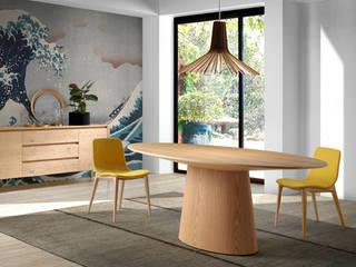 Comedor de diseño italiano con mesa ovalada de roble:  de estilo  de ANGEL CERDA