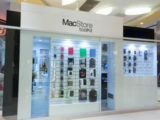 Vista lateral con exhibidores de productos con sistemas de simple acceso.: Shoppings y centros comerciales de estilo  por Faerman Stands y Asoc S.R.L.