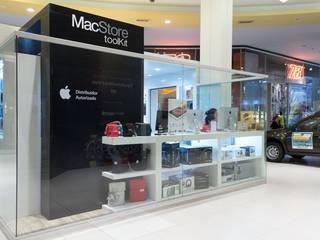 Vista lateral con presencia de marca: Shoppings y centros comerciales de estilo  por Faerman Stands y Asoc S.R.L.