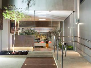 Clínica Máxima: Portas de vidro  por Effect Arquitetura