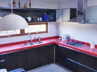 Cocina Roja por SIMPLEMENTE AMBIENTE de SIMPLEMENTE AMBIENTE mobiliarios hogar y oficinas santiago Moderno