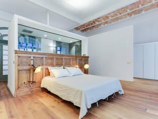 Camera da letto in stile mediterraneo di Lara Pujol | Interiorismo & Proyectos de diseño Mediterraneo
