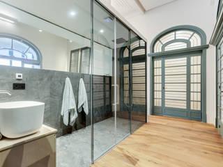 지중해스타일 욕실 by Lara Pujol | Interiorismo & Proyectos de diseño 지중해