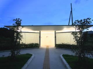 Escolas modernas por 株式会社高野設計工房 Moderno
