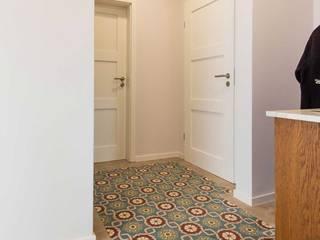 Couloir, entrée, escaliers modernes par Die Wohnkomplizen Moderne