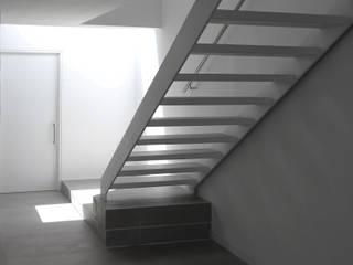 Casa VV: Escaleras de estilo  por NEGRO arquitectura, S.A. de C.V.,