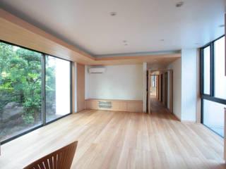 善福寺の家(無垢材と自然素材の2世帯住宅): 中川龍吾建築設計事務所が手掛けたリビングです。