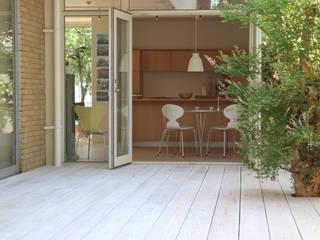白いウッドデッキ: デンマークハウスが手掛けた庭です。