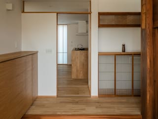 Pasillos, hall y escaleras asiáticos de 内田雄介設計室 Asiático